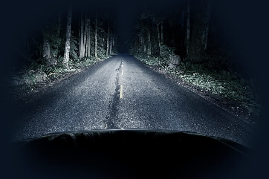 road at night, unwise to drive long distances in the dark